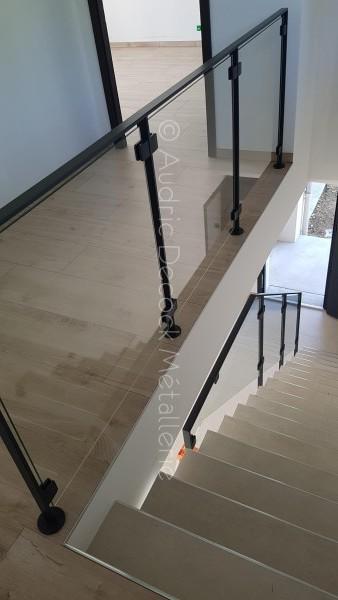 Garde-corps verre sur escalier béton
