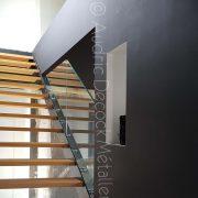 Escalier droit avec son garde-corps en verre