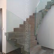 Escalier en béton avec un garde-corps en verre