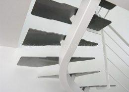 Escalier quart tournant blanc à limon central